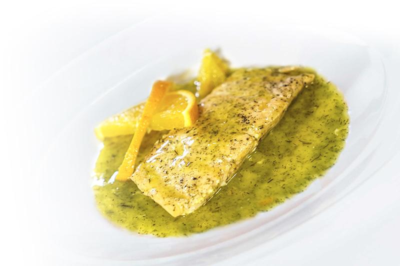 Salmón con salsa de naranja y eneldo